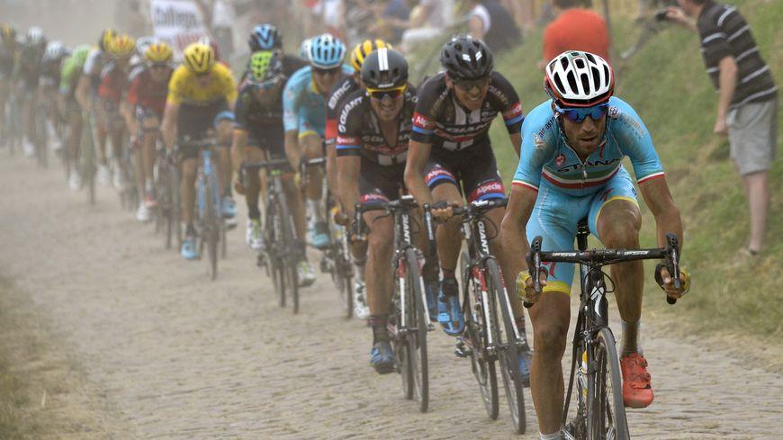 Les coureurs sur les pavés du Nord lors du Tour de France 2015