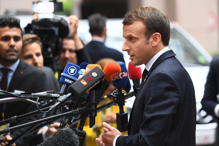 Emmanuel Macron parle aux journalistes lors de son arrivée à Bruxelles, le 19 octobre 2017, lors du premier jour du sommet de l'Union Européenne