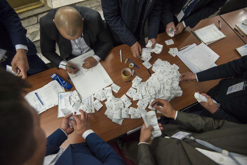 Kirghizstan: le candidat pro-gouvernement remporte la présidentielle.