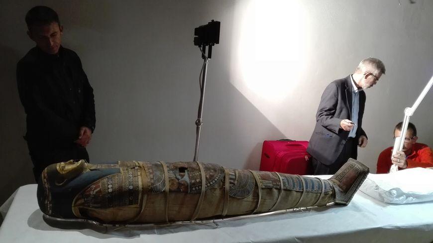 La momie avant son départ pour l'hôpital