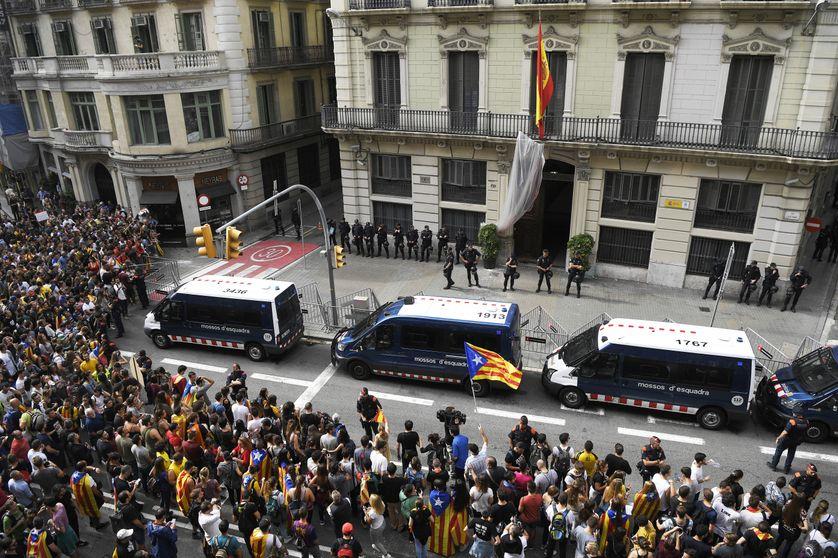 Manifestants ce mardi 3 octobre 2017 devant le siège de la police nationale à Barcelone