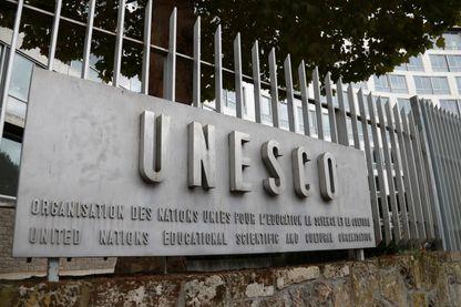 Une photo prise le 12 octobre 2017 montre le logo du siège de l'Organisation des Nations Unies pour l'éducation, la science et la culture (UNESCO) à Paris.