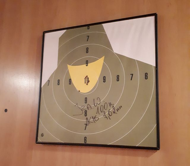 Sur le mur de la salle de tir, à Sulejuwek (est de Varsovie), une cible laisse imaginer une femme voilée.