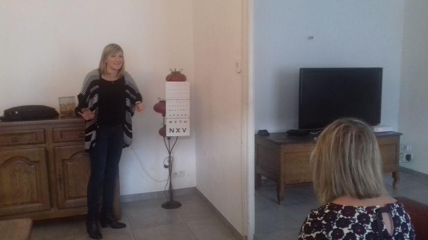 Pauline Letourneux chez l'une de ses clientes à Javron-les-Chapelles