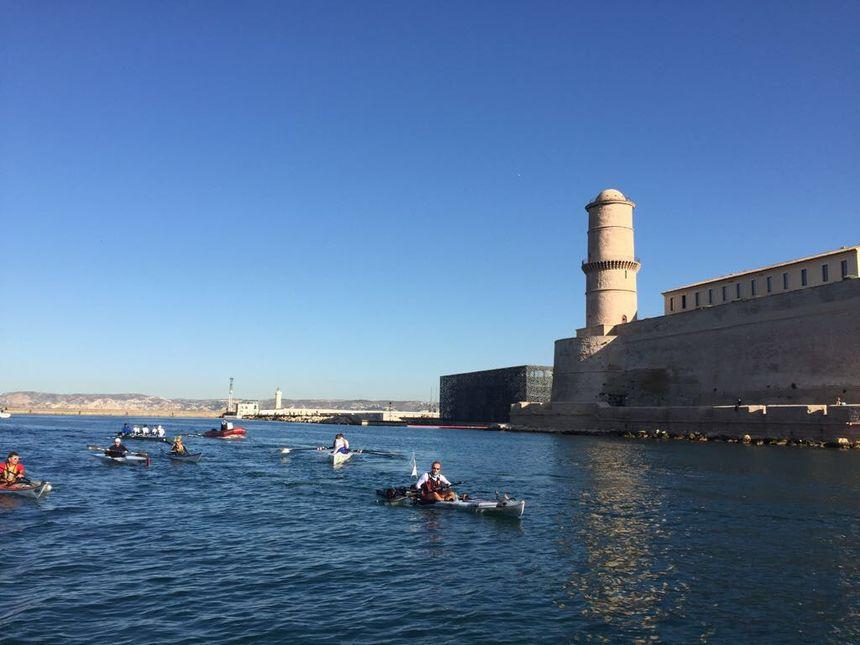 Géraud Paillot, pagayant dans le port de Marseille après plus de 55 jours passer dans son kayak