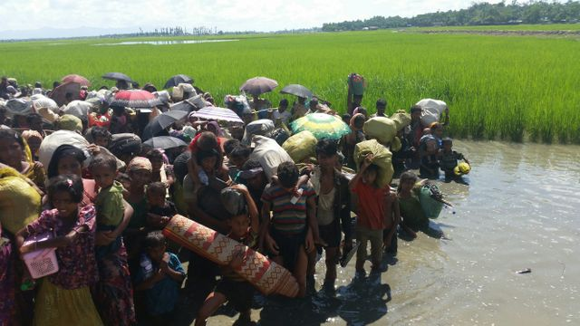 Pour tenter de contourner les gardes côtes, les réfugiés quittent le chemin de terre. Ils resteront de longues minutes dans l'eau.