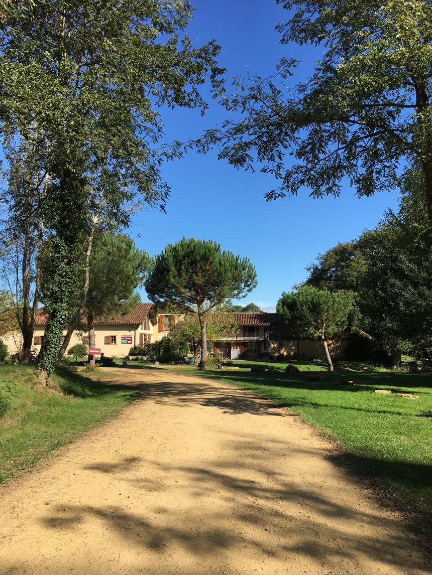 L'Auberge du Grand Megnos, au milieu des arbres et des champs de maïs.