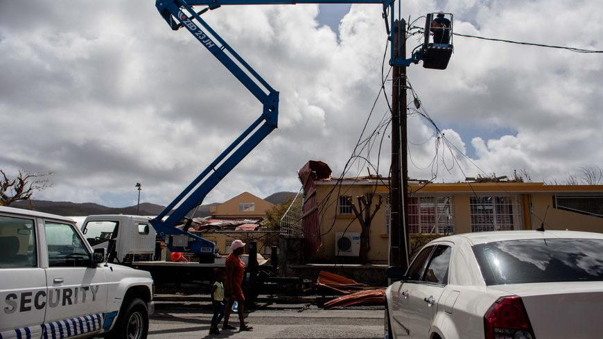 A Marigot, sur l'île de Saint-Martin, les électriciens multiplient les interventions depuis l'ouragan Irma.