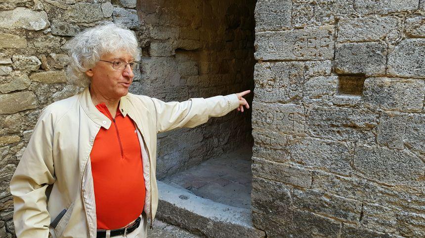 Détails originaux gravés sur la pierre.