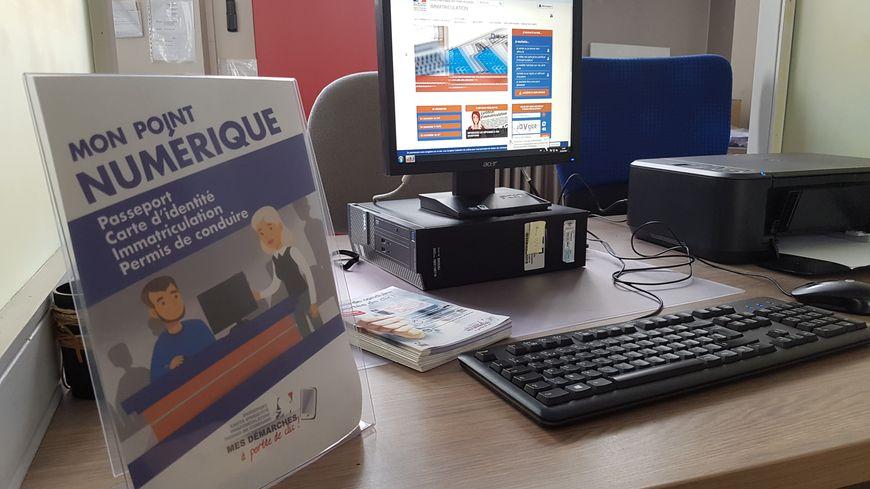 Deux ordinateurs ont déjà été installés pour remplacer les guichets et surtout permettre aux Ligériens qui n'ont pas d'accès à internet de faire leurs démarches en ligne.