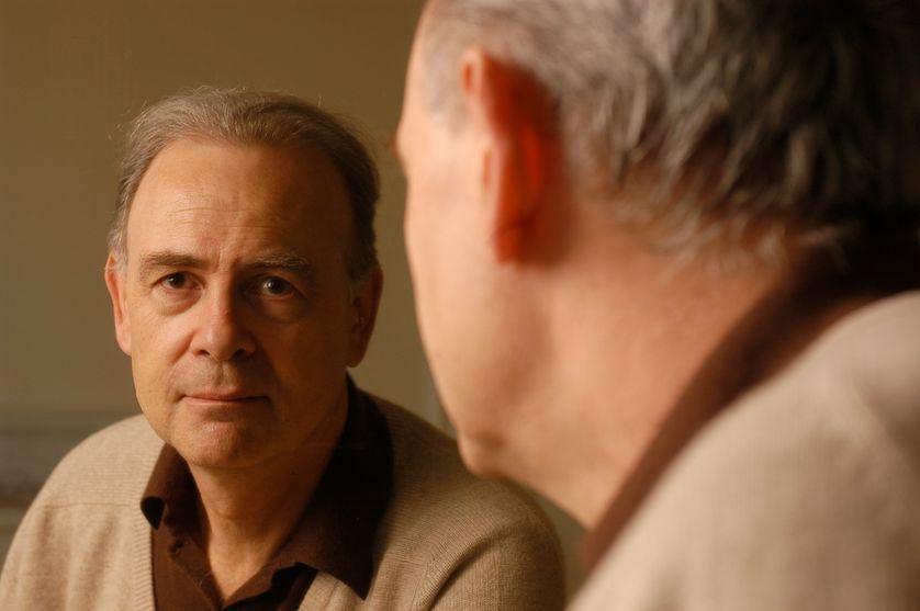 Patrick Modiano chez lui à Paris le 20 décembre 2004.