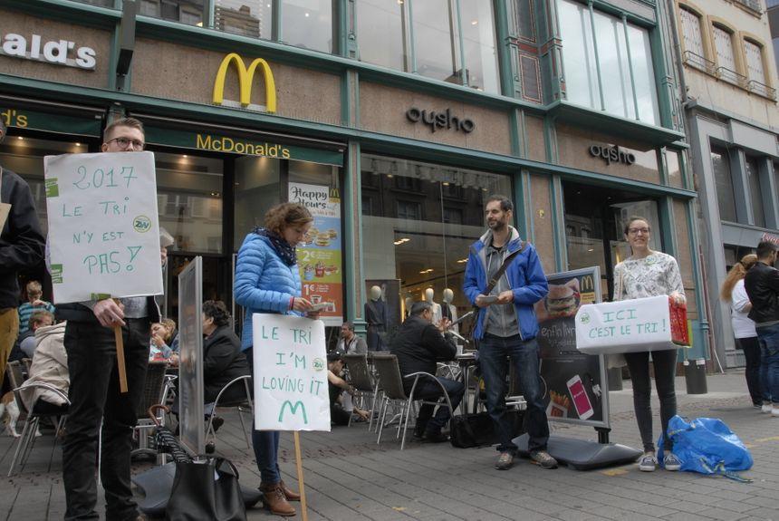 Des membres de Zéro Déchet Strasbourg devant le McDonald's place Kleber