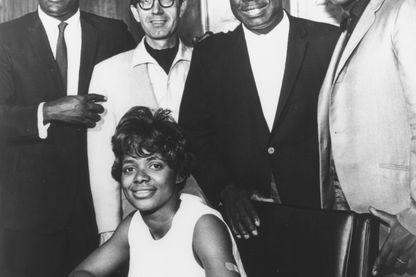 1967 : Otis Reddin, Jim Stewart, Rufus Thomas, Booker T. Jones and Carla Thomas posent pour un portrait après l'enregistrement de  'Tramp' à la Stax Records à Memphis, Tennessee.