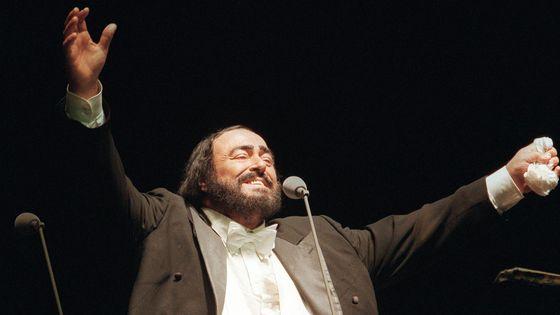 Le ténor Luciano Pavarotti, le 25 septembre 1999, sur la scène du Hartwall Arena de Helsinki.