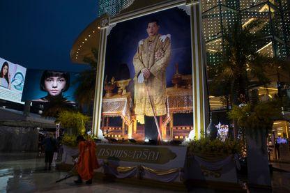 Affiche pour l'anniversaire de Rama X en juillet 2017 à Bangkok qui a succédé à son père en octobre 2016