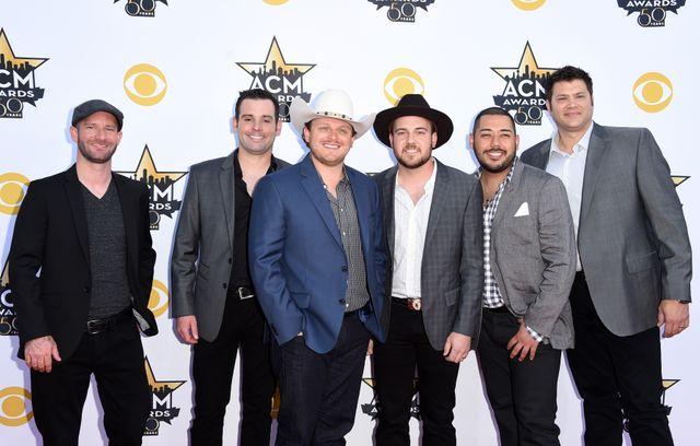Etats-Unis : Caleb Keeter (second à gauche) le musicien pro-armes qui change d'avis après Las Vegas