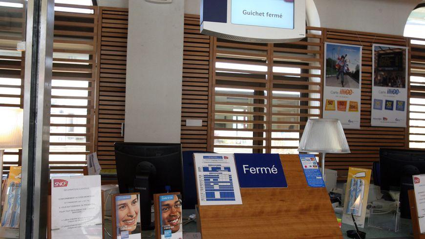Le guichet de vente de la gare de Villedieu-les-Poêles (Manche) pourrait bientôt fermer