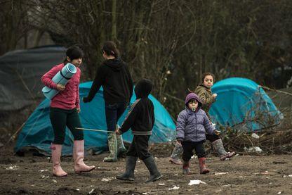Enfants de migrants dans le camp de migrants de Grande-Synthe, près de Dunkerque, le 20 janvier 2016.