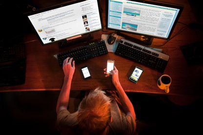 Cliquer, télécharger, changer de smartphones... notre consommation technologique nuit à l'environnement