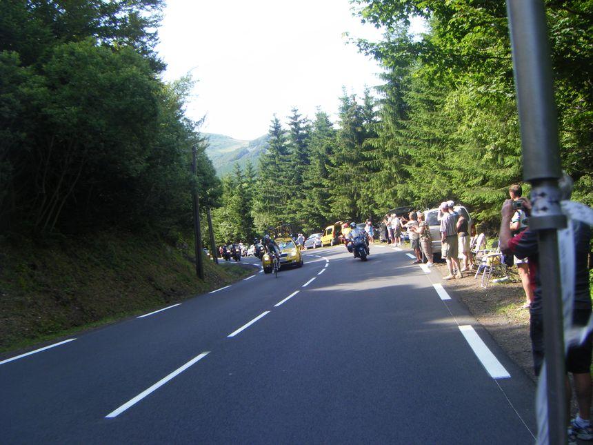 Sur la Route du Tour de France, souvent beaucoup de monde sur les routes, notamment dans les cols et montées