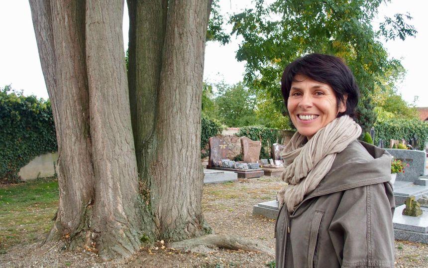 Horbourg-Whir, Geneviève Sutter, adj. Environnement devant le Sofora Japonica à 9 troncs