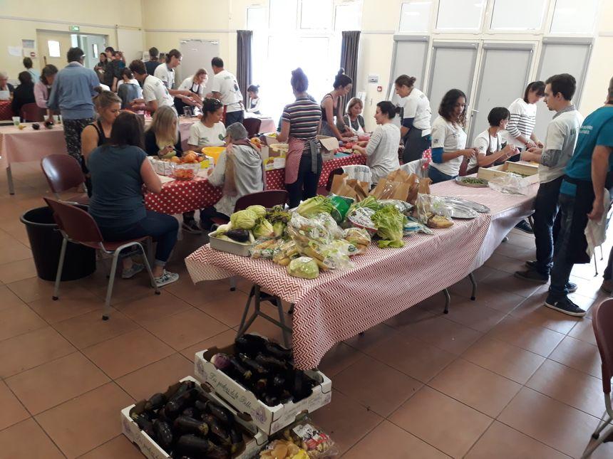 les bénévoles épluchent et préparent le repas