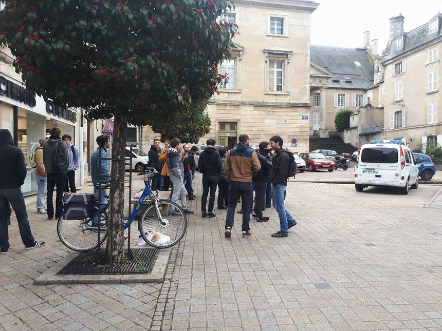 Une vingtaine de personnes, la plupart issues du mouvement antifasciste, se sont mobilisées devant le tribunal de Poitiers ce vendredi matin.