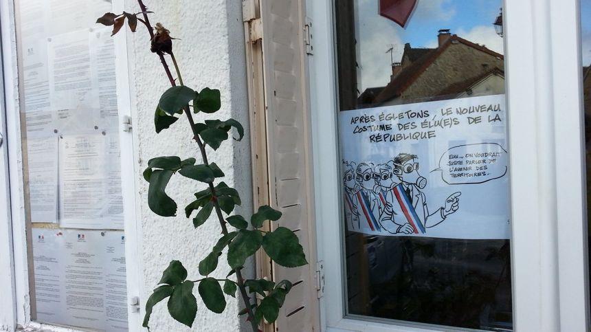 Les maires ont également placé des affiches aux murs de leurs mairies