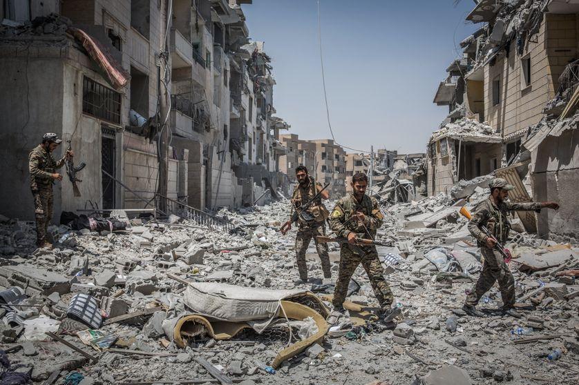 Soldats des Forces démocratiques syriennes (FDS) dans les décombres de Raqa