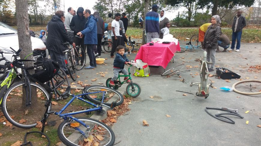 Les bénévoles de l'association Château'roule sont venus aider les demandeurs d'asile à réparer leur vélo.