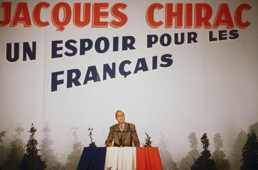 Jacques Chirac, candidat à l'élection présidentielle, s'adresse aux militants du RPR devant une banderole électorale qui porte son nom, lors d'un meeting à Ussel en 1981