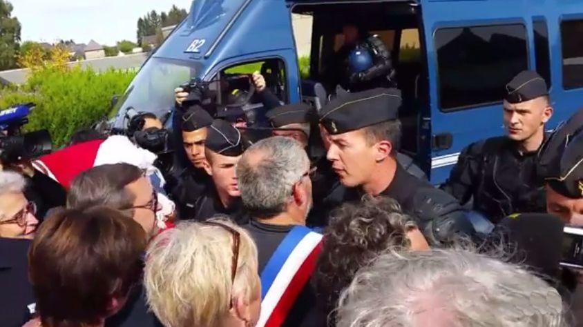 Les salariés de GM&S derrière les élus en écharpe tricolore voulaient s'approcher du site où est attendu Emmanuel Macron