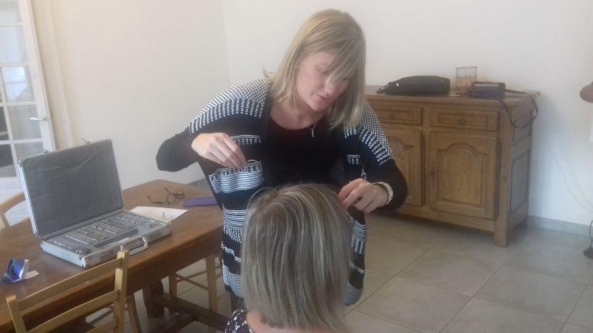 Pauline Letourneux règle et ajuste les lunettes