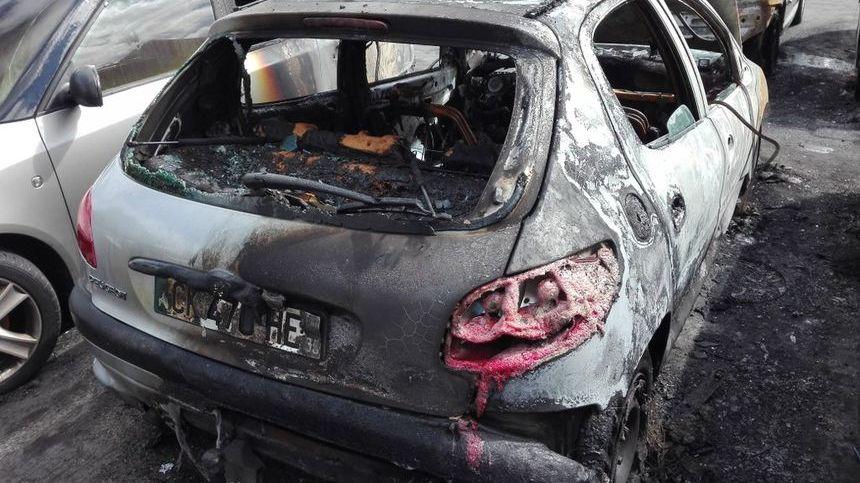 Une des vingt voitures incendiées en août dernier dans le quartier du Blosne