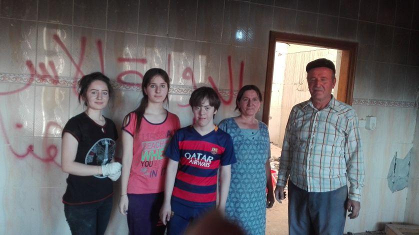 Dans le salon de la maison d'Isaac, à Batnaya, l'Etat islamique a couvert les murs de slogans