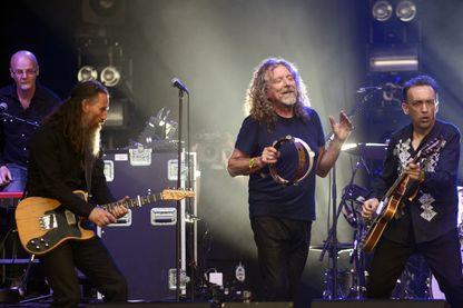 Robert Plant avec the Sensational Space Shifters pendant le Festival de musique et des arts Bonnaroo à Manchester, dans le Tennessee,  le 14 juin 2015 .