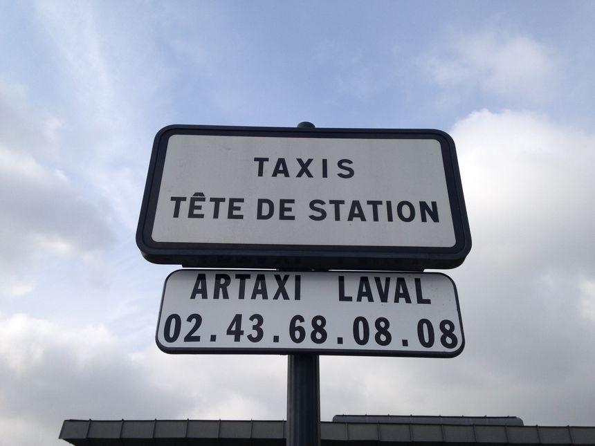 Le numéro de la centrale de réservation des taxis est désormais clairement indiqué devant la gare de Laval.
