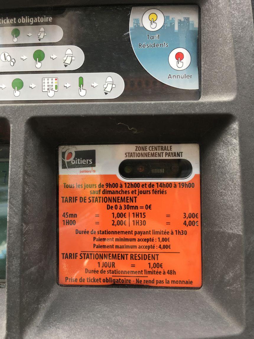 A Poitiers, les parcmètres ne disent pas si la première demi-heure gratuite est incluse ou vient en sus des tarifs affichés, d'où la confusion de certains usagers