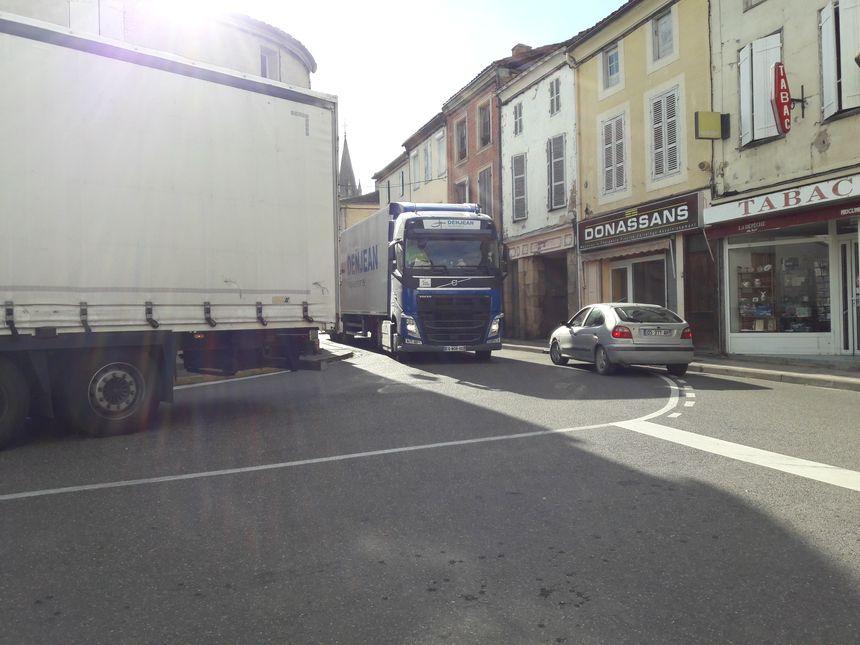 """Les camions arrivent d'Aire-sur-l'Adour et continuent leur chemin vers Toulouse. Les clients de la terrasse """"Le Progrès"""" sont aux premières loges"""