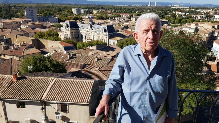 Jean MAUPEU et derrière lui, l'impressionnant hôtel de ville comme à Paris !