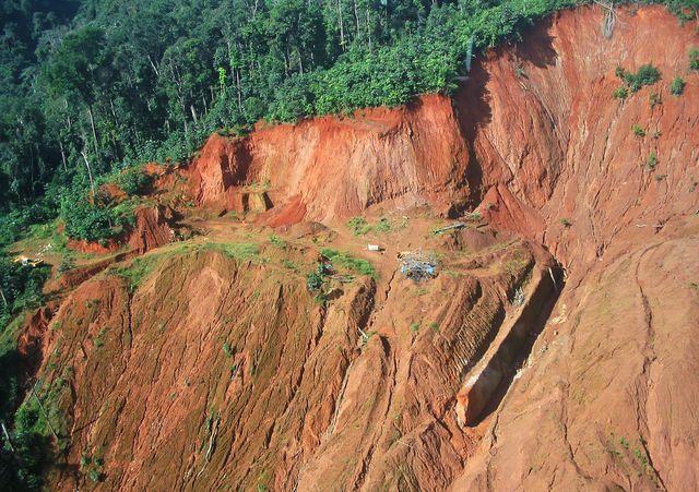 Un flanc de montagne brûlé par les gendarmes, juste à côté du village d'orpailleurs illégaux du site de Dorlin en Guyane
