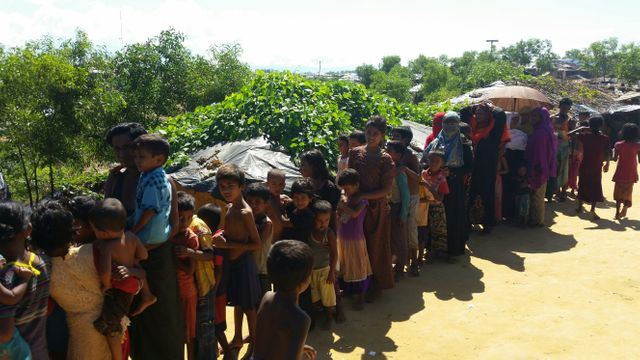 Dans la file d'attente d'un point de vaccination, dans le camp de Kutupalong. Les enfants sont les plus fragiles face au choléra.
