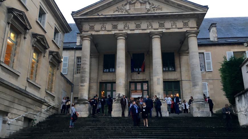 Les forces de l'ordre déployées en nombre devant le tribunal correctionnel de Poitiers.