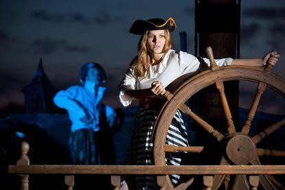Femme pirate au gouvernail