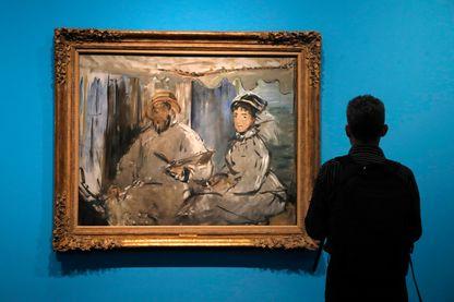 """""""Monet peignant dans son atelier"""" (1874) du peintre français Edouard Manet présenté à l'exposition """"Monet collectionneur"""" au musée Marmottan Monet"""