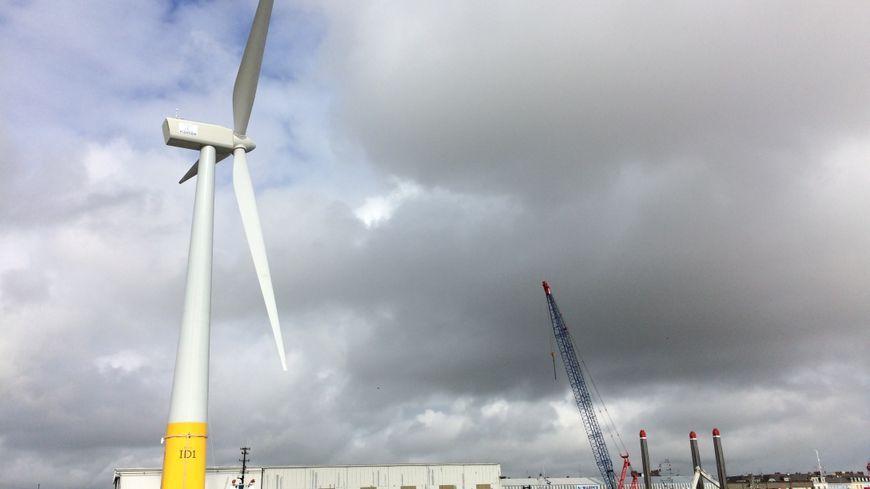 La premiére éolienne flottante française sur le port de Saint-Nazaire