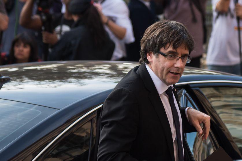 """Carles Puigdemont, le président de la Généralité catalane, a promis à la fois d'""""assumer le mandat"""" pour l'indépendance et d'en """"suspendre les effets""""."""