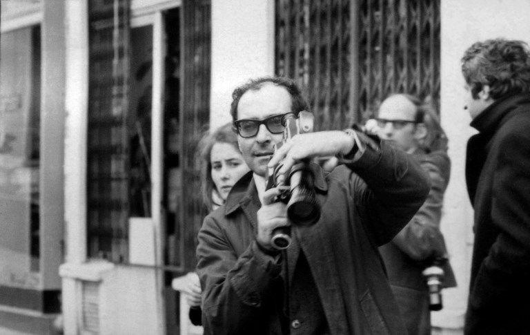 Caméra en mains, le cinéaste Jean-Luc Godard filme une manifestation à Paris le 6 mai 1968