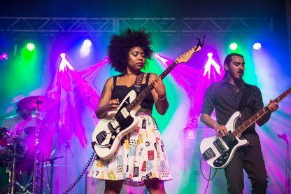 Seratones mené par la chanteuse AJ Haynes en concert le 31 mars 2017 à La Nouvelle-Orléans, en Louisiane.