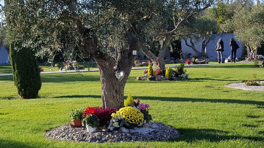 """""""La Circulade des Pensées"""": un jardin au Pech Bleu de Béziers où l'on peut se recueillir devant le colombarium, où l'on peut aussi se promener là où des cendres ont été dispersées ou se rendre où des urnes ont été enterrées."""